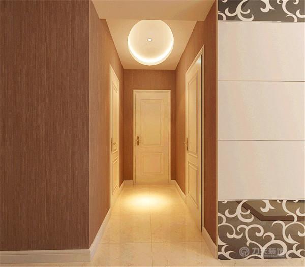 卧室相对的走廊空间采用椭圆吊顶让单调的走廊空间更加有造型感。也增加了整体空间的造型感主卧室采用复合木地板