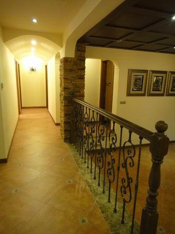 独到新颖的美式风格,家具采用美式搭配,地板是仿古砖搭配,墙壁有石墙设计,乡村气息更为强烈。