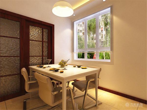 在餐厅部分,深色木纹的厨房推拉门,使得整个墙面不在单调乏味,与浅色的餐桌椅进行搭配,使其相得益彰。