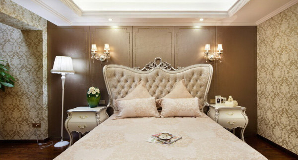 卧室:在主卧室的设计中我采用了暖色的木地板搭配皮质硬包的床头背景墙,使房间具有温馨的整体感觉。
