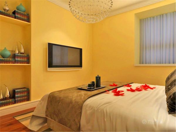 主卧室依然没有任何造型,墙面还是暖黄色,在电视墙的位置,多加三个储物格,目的还是以储物为主