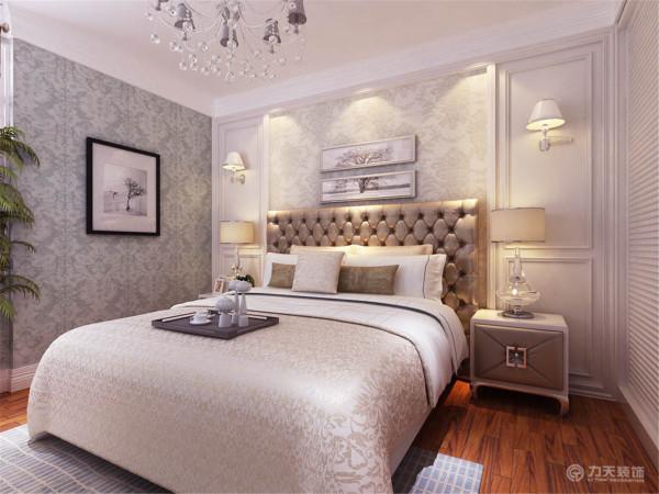 主卧室床头背景墙做了护墙板的造型,配以欧式壁纸,整体配饰简单却显华贵