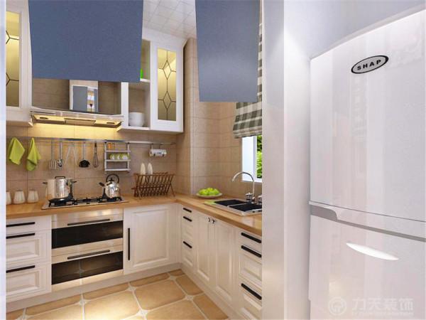 餐厅的左手边是开放式厨房,厨房与餐厅相连。