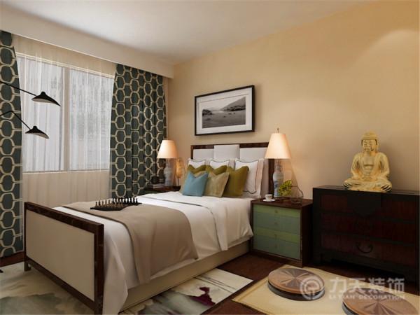 主卧室根据业主需要,安排了佛龛,为了和佛龛搭配更协调,所以主卧室采用现代中式风格,配上浅黄色乳胶漆,深色花纹窗帘整个主卧室沉稳大气。