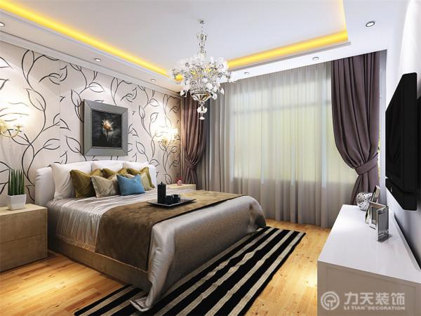 主卧室整体温馨舒适,床头背景以温馨的现代壁纸加壁灯的形式,使床头给的感觉。