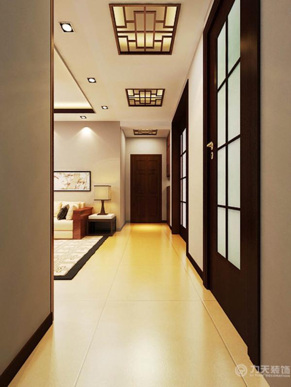 过道的吊顶也是有三个中式花格的造型。入户玄关是一个通顶的衣帽鞋柜。