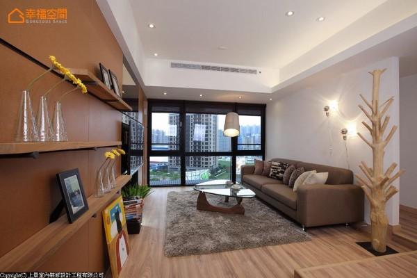三条沟缝为层板轨道,让年轻夫妻可以自由变换居家风景。