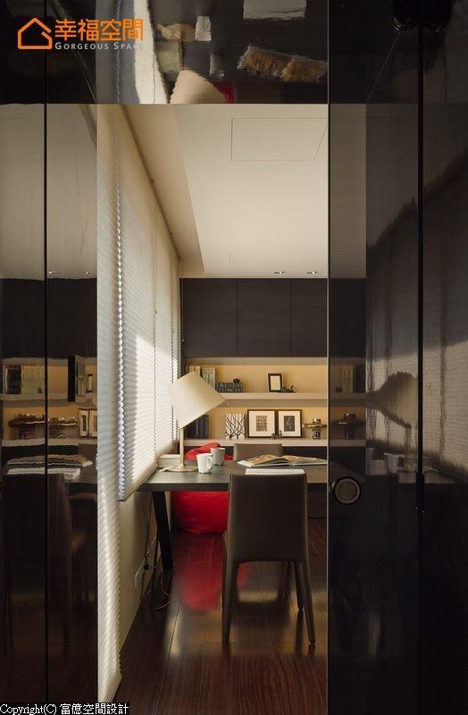 烤漆玻璃门片后方为屋主夫妇两人共享的书房。