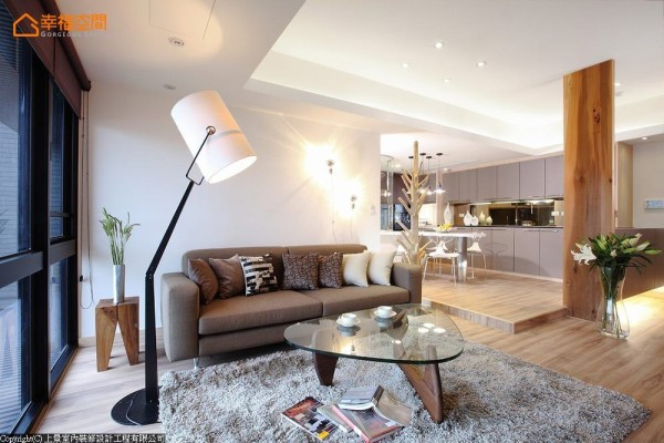 以软装布置出个性空间,墙上壁灯来自法国,提供照明情境又具装饰功能。