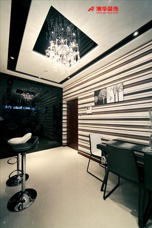 餐厅在材质上选用的是壁纸+茶镜,地面选用的浅色系地砖,同时透过茶镜、玻璃等反射性材质,起到烘托空间感及现代感的作用,充分体现出主人对简洁时尚生活方式的向往。