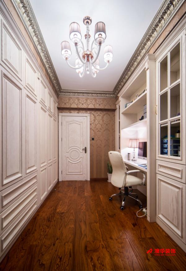 书房设计以简洁实用为宗旨,实木书桌与书柜按照尺寸定制而成,充分利用空间,避免不必要的空间浪费。流畅硬朗的欧式线条将墙面装饰得富贵大气,完美呈现出欧式风格的尊贵身份感。