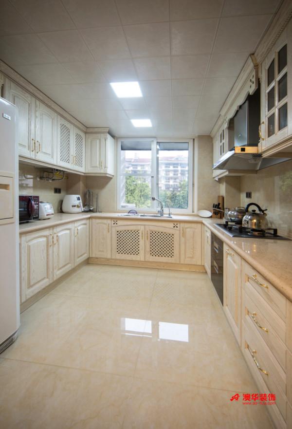温柔的奶白色玻化砖与白色欧式橱柜,搭配出高档整洁的感觉。厨房设计为L型橱柜,将烹饪区与盥洗区分离开来,方便主人烹饪与取用所需的物品,同时节省出空间,整个厨房显得整洁而沉稳。