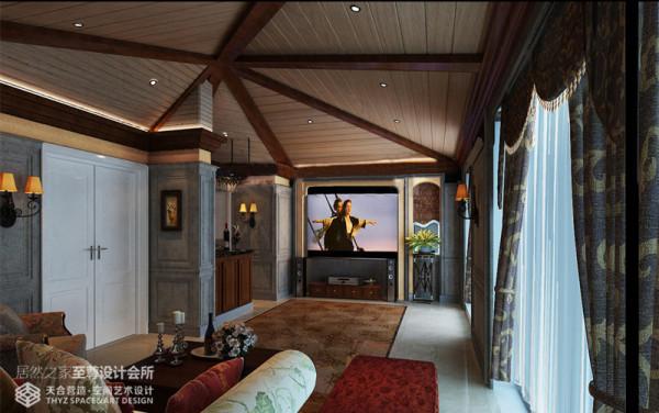 通过木质假梁处理异性斜顶,顶面安装木地板增强空间质感,深灰色护墙板