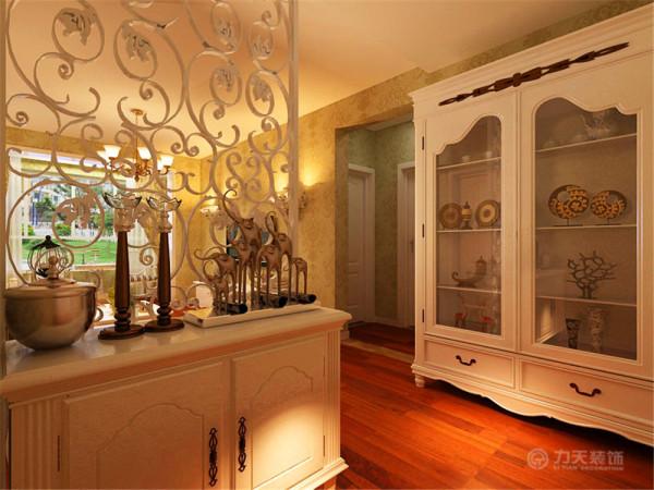 入户的玄关使客厅不过于通透,保护了业主的隐私,同时镂空花纹修饰不显单调堵塞。一个酒柜摆放了业主的收藏,显示出主人的品味。
