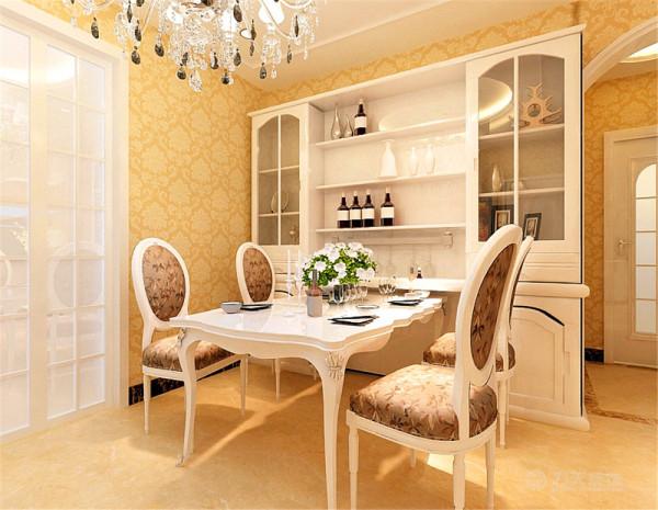 餐厅区域放置定制酒柜与吊顶和欧式主题相呼应,壁纸采用欧式大花暖色调让整体空间显得富丽温馨又不浮夸。