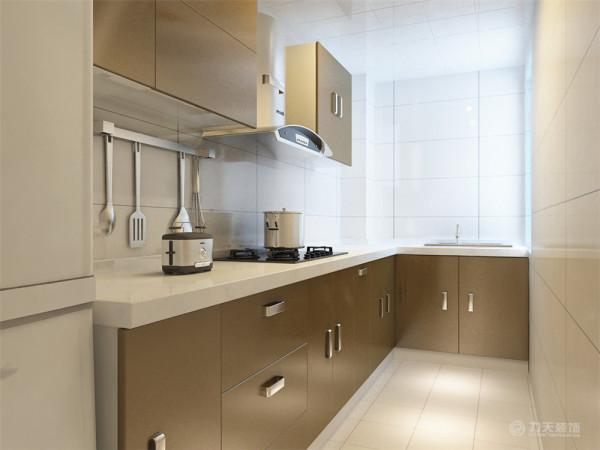 厨房狭长,窗户比较小,考虑到光线的问题,在墙地砖的选择上,选择了白色的砖,能显得空间宽敞明亮。而橱柜则选择了好打理的UV烤漆橱柜。