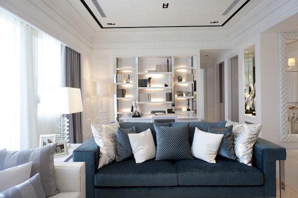 沙发用蓝色点缀,不然客厅显的单调。沙发后的设计在下面解析。