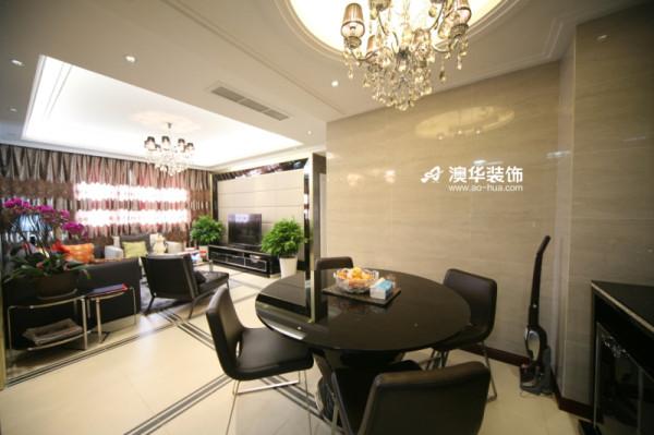 精致的圆型餐桌有着精英商务感,搭配奢华的欧式水晶吊灯,非常适合主人追求高品位生活的审美。