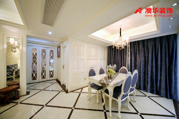 餐厅依旧选择了明艳的紫色,简单流畅的欧式线条填补了墙面的空白感,表现出设计与艺术质感。奢华时尚的施华洛水晶灯散发着光芒,与空间风格和谐搭配,有着相互烘托的装饰效果。