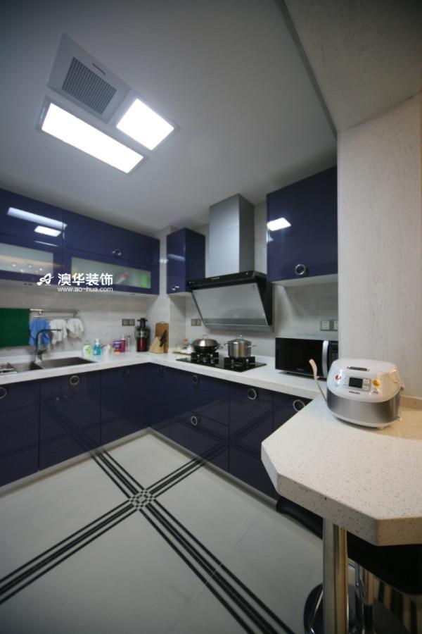 清爽的厨房选用了深蓝色橱柜,简洁耐看。在设计布局的时候,定位为开放式,仅用一个简易的吧台进行分隔,时尚又实用,同时又节省空间。