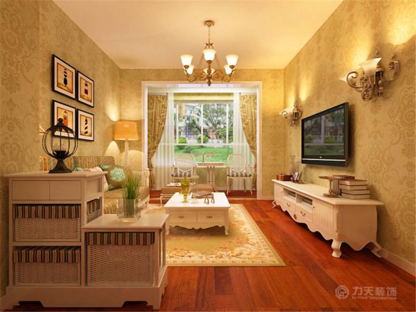 电视墙上的壁灯,沙发边上的落地灯、台灯,散发出温馨柔和的灯光,营造了一个温暖的氛围,同时暖色冲淡了冷色,使空间色彩更平衡。