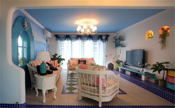 亮点:宽敞明亮的落地窗,沙发背景精致的海盗门,湛蓝的顶棚,冷暖相间的搭配造完美的幸福海岸,给人一种惬意的美感