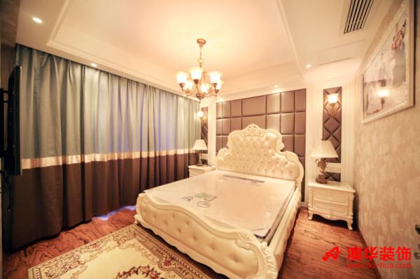 次卧室的设计延续了主卧的欧式奢华,同样加入了软包和壁纸的元素,保留了经典搭配。     浅天蓝色与深咖色的拼色窗帘,从视觉上有拉伸空高的效果。