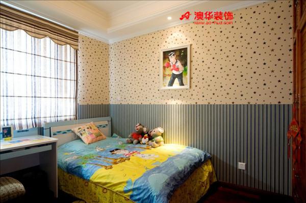 活泼的蓝色满天星墙纸,对于儿童房来说最适合不过了。单人床紧邻书桌,简洁实用。