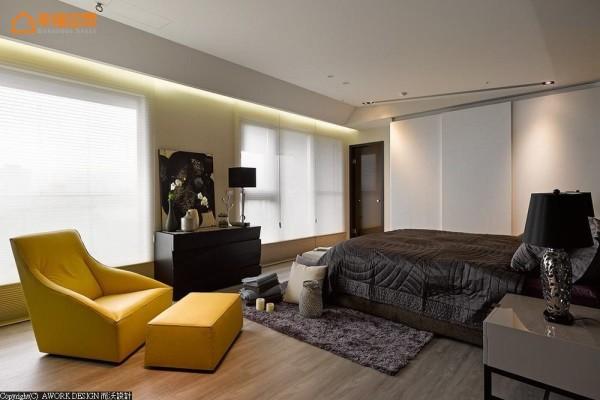 自床头起始逐步推升的天花板造型,营造出通透开敞的视野漫伸。