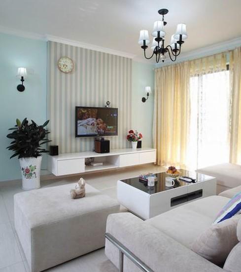 电视背景墙和整个空间结合,是整个房间最有特色的地方。天蓝色的壁纸再配以高贵典雅的铁艺吊灯,将整个房间的贵族气质显现得淋漓尽至。