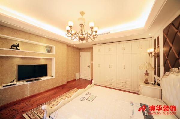 设计师将墙体挖出空间作为电视背景墙与装饰柜,用来摆放电视与喜爱的饰物,既美观又实用,还能节省空间,此设计同样很适用于小户型的设计中。