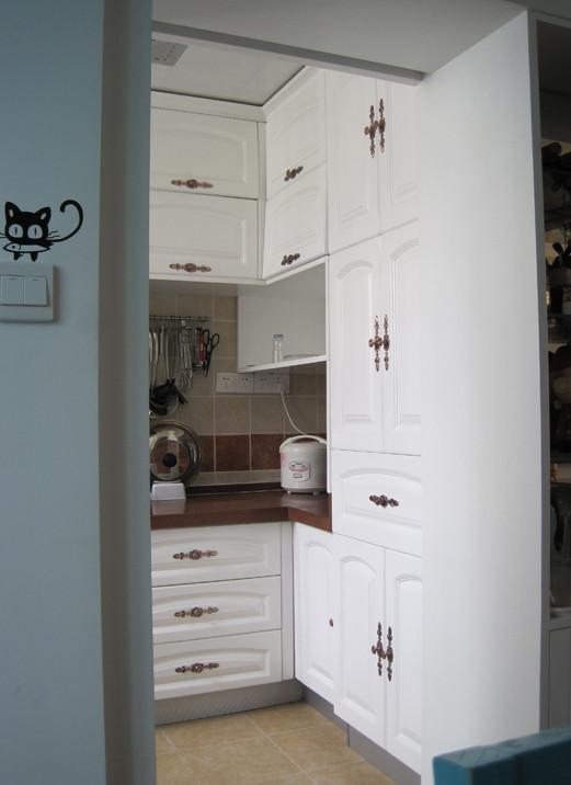 整洁的橱柜和斜铺的仿古砖相搭配效果相得益彰。