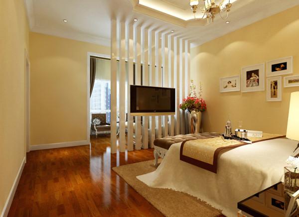 卧室设计理念:现代一点的小方柱装饰屏风达到了卧室能看电视的功能又能档窗外阳光直照的缺陷。