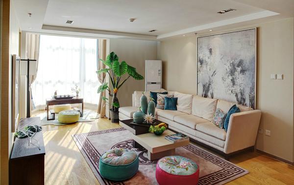 客厅已不再需要过多的硬装饰,软装的巧妙搭配让空间回归至身心放松的圣地。