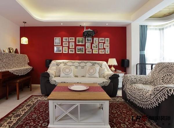 清新简约式的田园风格客厅,但在此处设计师用一面鲜艳的沙发背景照片墙吸引了我们很多眼球,显眼却不突兀。