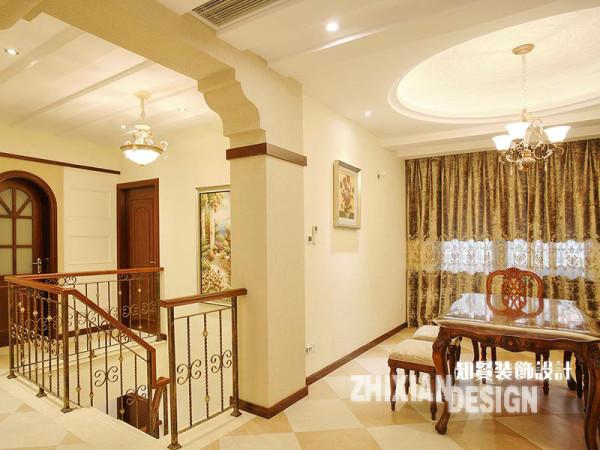 客厅的背景墙后别有洞天,通往地下室的旋转楼梯四周,围绕着主要的几个功能区,即餐厨区、卧房区和卫浴区。餐厅位于旋转楼梯的一侧,设计简单,铁艺的旋转楼梯和设计独特的门廊作为有效的借景元素,无疑为其增色不少