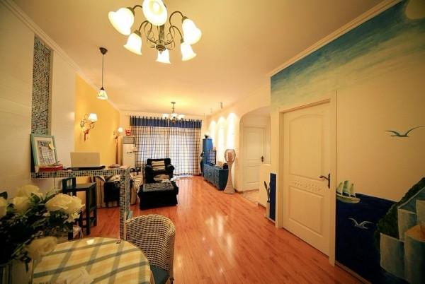肌理感很强的文化墙,就像白色的海滩,暖色的黄色乳胶漆衬托出蓝色的沙发与家具更有地中海的气氛。