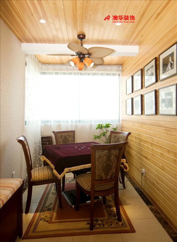 小巧精致的麻将室用装饰木条铺满,刷上清漆,还原了木材的原始纹理与色泽,配上怀旧的吊扇,给人清爽舒适的视觉享受。