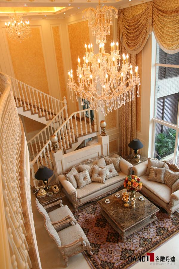 名雕丹迪别墅装饰香域中央别墅欧式风格客厅:客厅采用两层合一,中央一盏欧式奢华吊顶搭配金黄墙面,让整个客厅豪华大气。