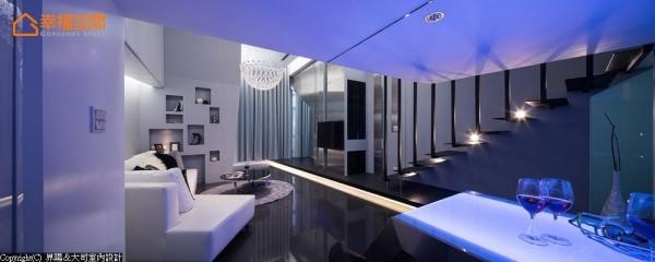 随情境变换的LED灯,在室内折射出梦幻迷离的空间效果。