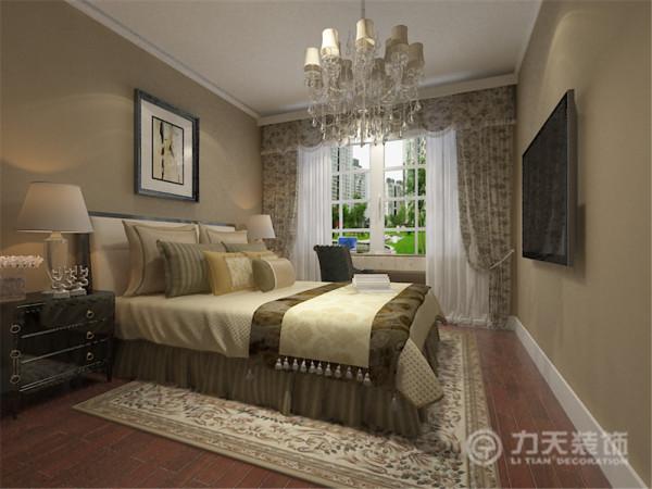 卧室整体温馨舒适,床头背景以挂画的形式,配以简欧的家具。其中欧式的地毯和欧式造型窗帘的搭配让卧室更加魅力。