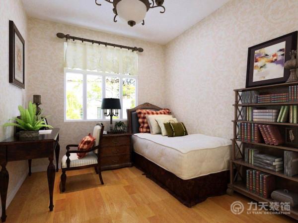 主卧室床头背景采用了硬包的装饰手法,装饰性强,颜色为咖色,与客厅色系相呼应。