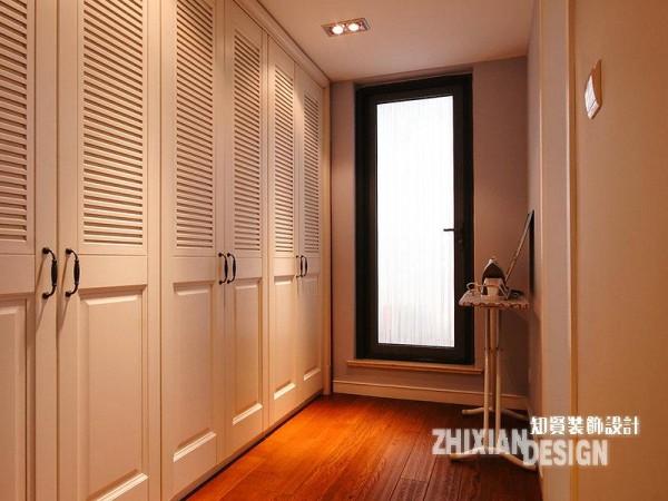 通往卫浴间的廊道,定制了成排的柜子,利用同色调的共融性,白色立柜自然的成为墙壁般的存在,功能却更为多用——靠近卧室的理所当然的成为外置的衣柜,靠近卫浴的顺理成章的变为了外置的浴室柜,收纳功能强大