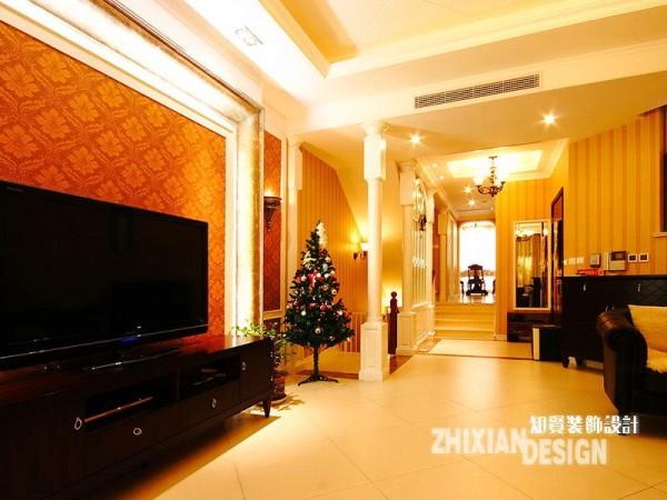 背景墙选用大马士壁纸,雍容的橘红色花纹,轻易的挣脱出了空间既有的基调。与客厅不同,通往餐厅的过渡地带,浸润在一片流光溢彩的华美之中