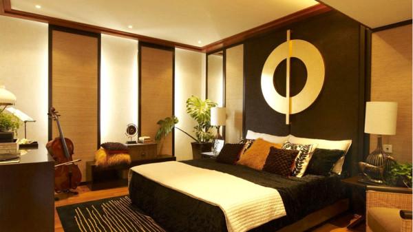 电视背景墙选用柔然的壁纸,配合地面地毯使整体风 格浑然一体。窗格的运用,沉稳中带有一点顽皮。
