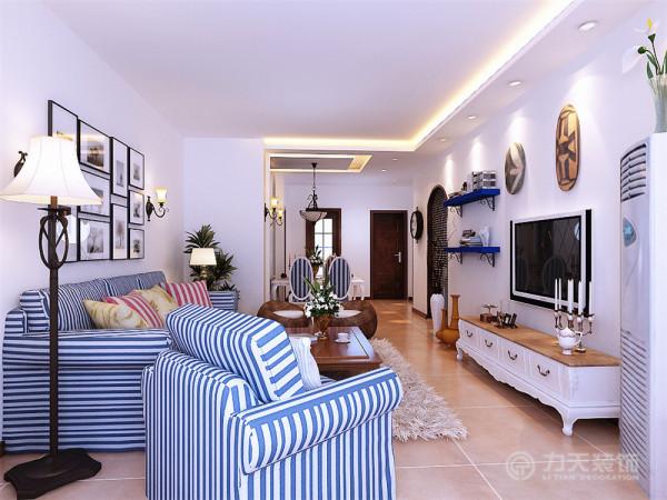 客厅吊顶为单面直线发光灯池吊顶,地面铺600*600仿古地砖