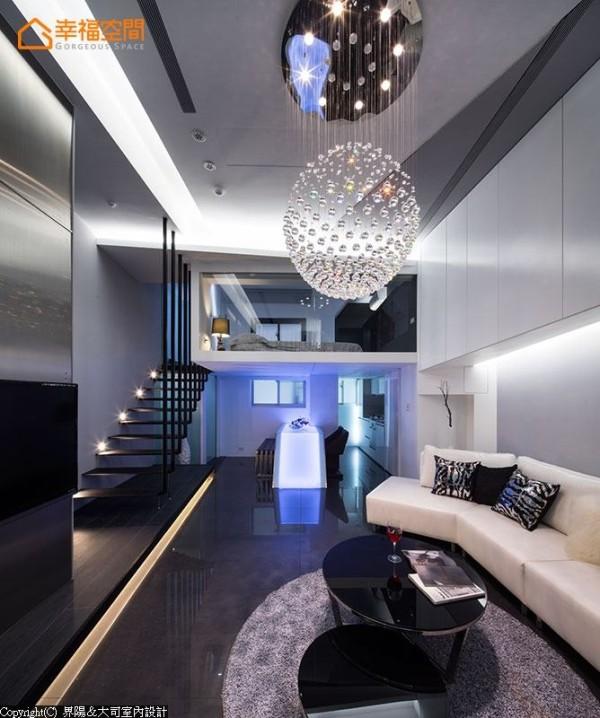 沿用设计师经典的水晶灯球与LED折线光桌,重新诠释出不同的时尚表情。