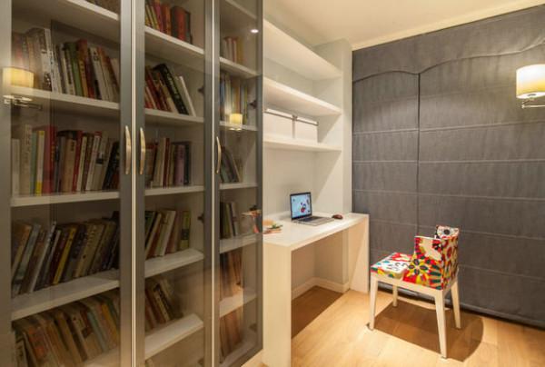 书房很简易 但是很漂亮