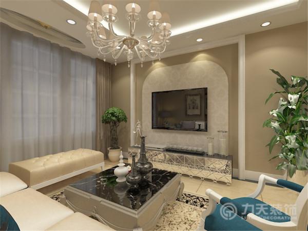 客厅运用拱形的电视背景墙彰显品味。电视背景墙,采用壁纸和造型墙的形式,给人温馨,时尚,大气的简欧感觉。