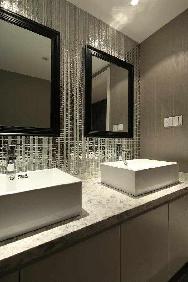 干湿分区,两个洗手盆的安放,马赛克的铺贴,都更能体现出视觉和感觉上的宽敞。
